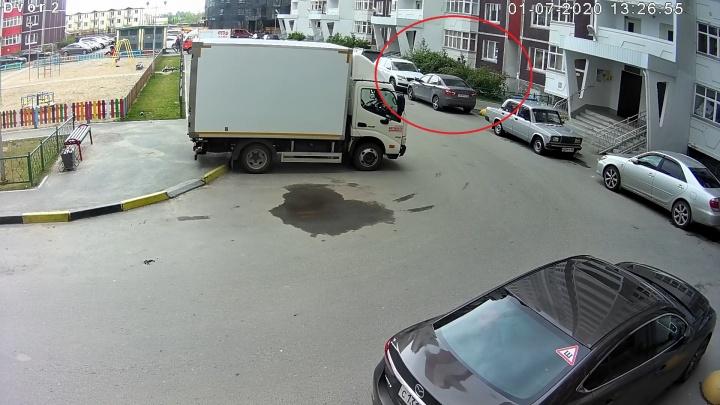 Хотел гулять и спрыгнул: подробности падения ребенка из окна на Широтной