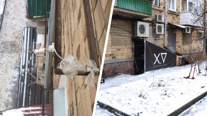 Залитый краской домофон и сорванная уличная камера: подпольный бар воюет с жильцами пятиэтажки