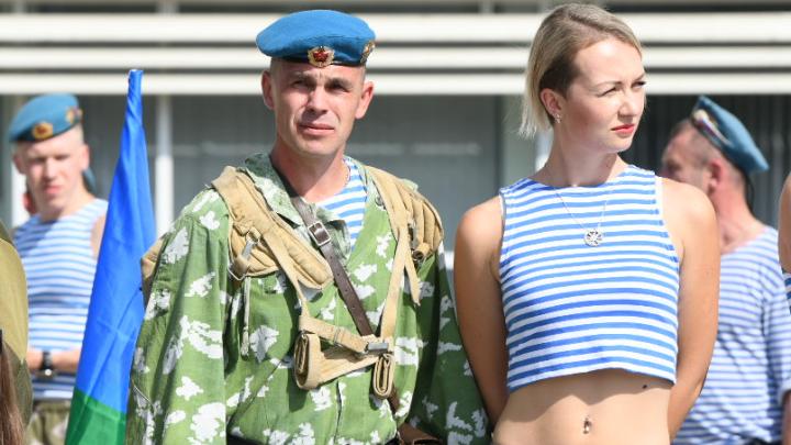 В тельняшках, голубых беретах и с флагами: фото боевых подруг десантников со Дня ВДВ в Екатеринбурге
