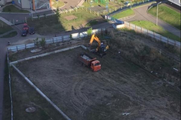 В качестве объекта незавершенного строительствана участке — ряд из бетонных блоков