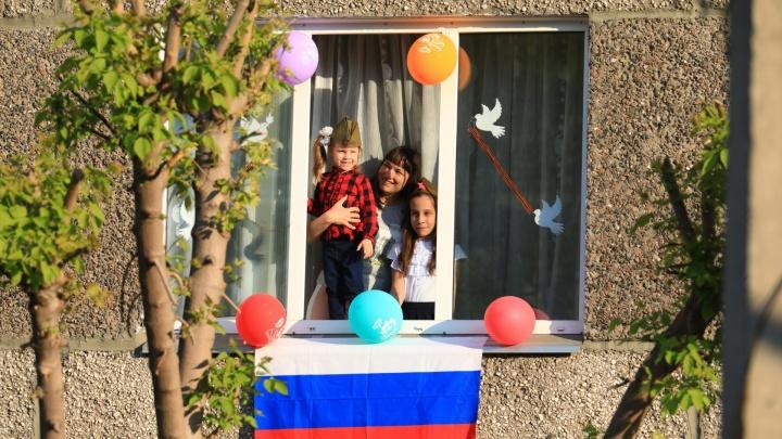 Жители дома на Щорса украсили окна и всем двором спели «День Победы»