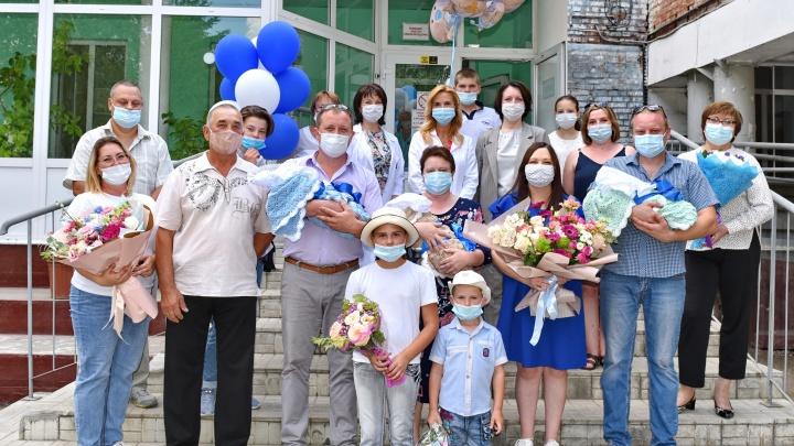 Родители омских тройняшек получили 300 тысяч рублей от мэра