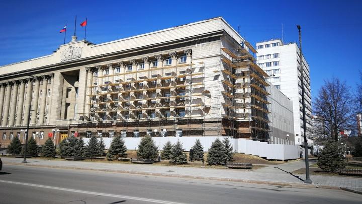 Строители начали ремонт фасада правительства за 20 миллионов рублей