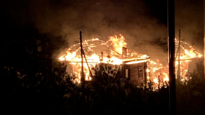 «Расчищают землю, чтобы строить высотки»: на Уктусе сгорел частный дом