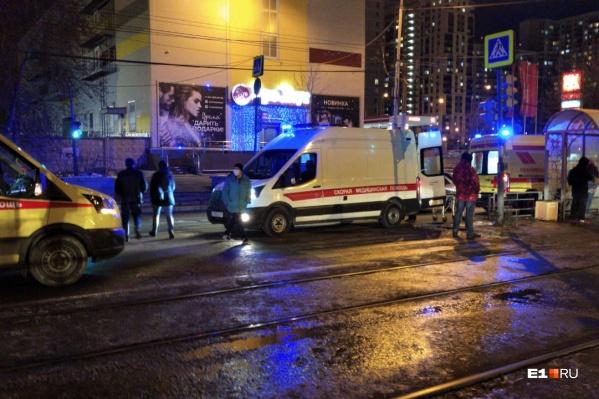 Машина скорой помощи ехала с включенной сиреной и сбила пешехода на остановке