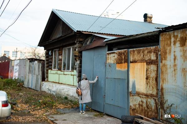 Жильцы частных домов на ВИЗе уже много лет ждут, когда выкупят их участки
