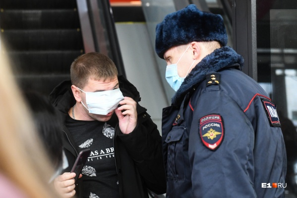 Маска на глазах не спрятала этого мужчину от полицейских. Ему выписали штраф