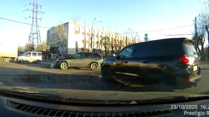 На проблемном перекрестке в Екатеринбурге, где погибла медсестра, новая жесткая авария: видео