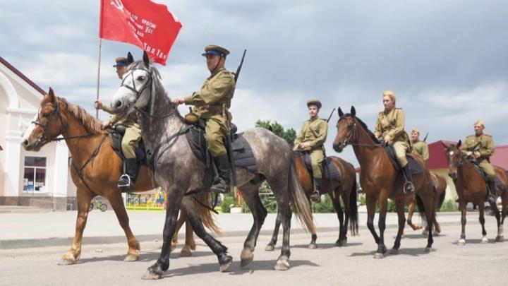 «C чувством сопричастности»: волгоградцы прошли конным строем в честь 75-летия Победы