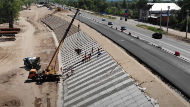 Видео: в Самарской области уложили дорогу к новому мосту через Сок