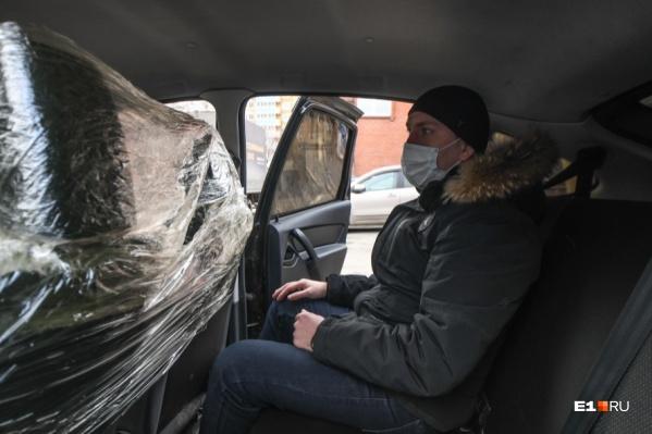 Таксисты в качестве защитной перегородки используют пленку