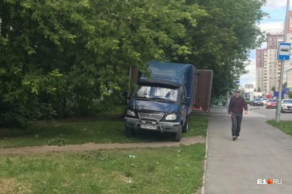 Пока в Екатеринбурге не могут поставить на поток штрафы за парковку на газонах