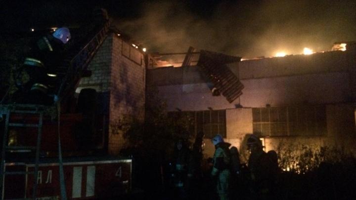 В Немецком посёлке вчера выгорел ремонтный бокс с КАМАЗом