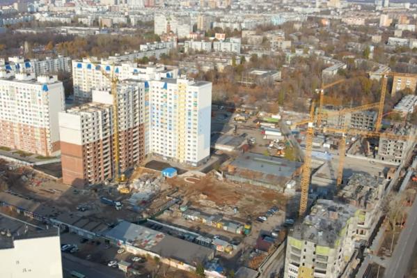 Одновременно на стройплощадке работает пять башенных кранов