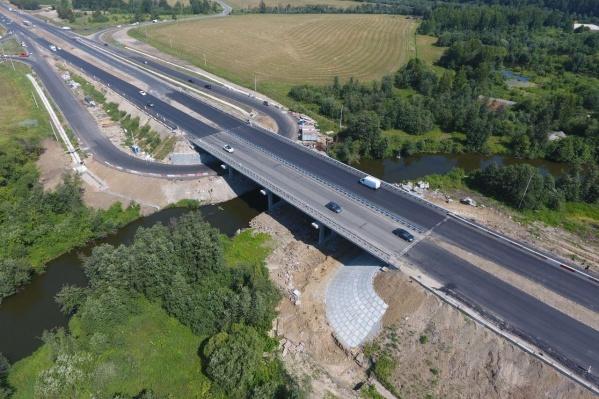 Мост должны были отремонтировать к ноябрю, но рабочие трудились круглосуточно и завершили ремонт к середине лета