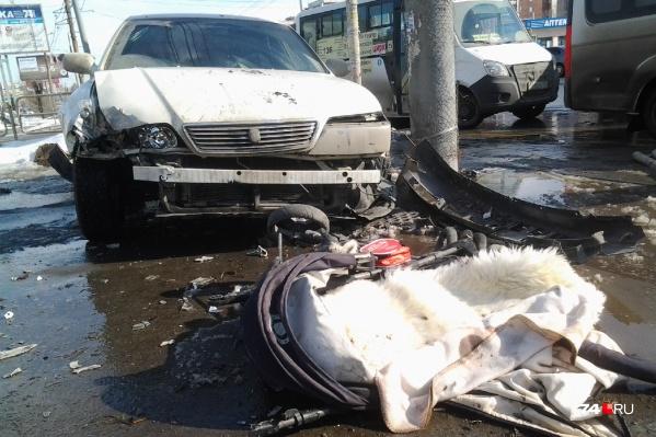 В ДТП на улице Братьев Кашириных одна из машин смяла коляску с ребёнком