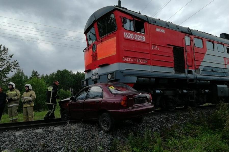 Поезд 120 метров протащил машину по рельсам