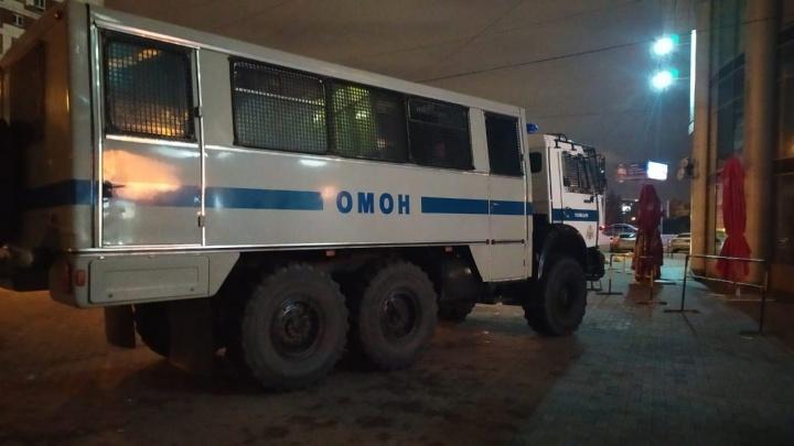 В Екатеринбурге к торгово-развлекательному центру «Антей» приехали ОМОН и полиция