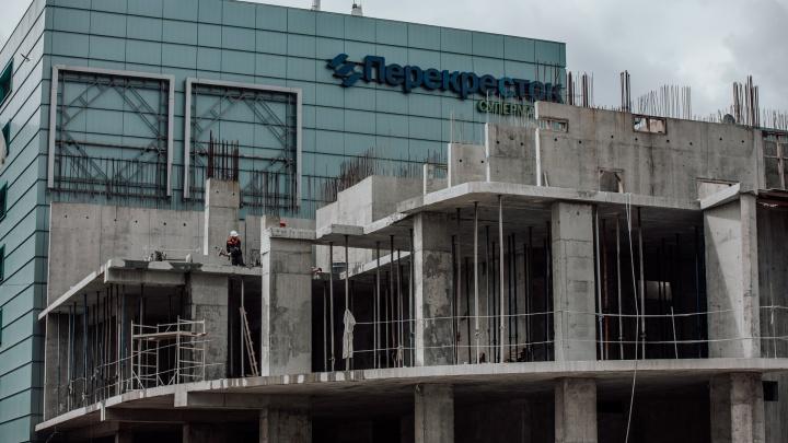 У тюменского ЦУМа сносят долгострой, который хотели превратить в 25-этажку