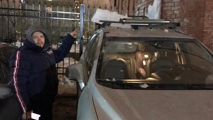 В Екатеринбурге ледяная глыба упала с дома и смяла крышу Opel