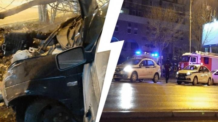 Водитель Lada, который на скорости врезался в дерево на Авиационной, до этого разбил еще две машины