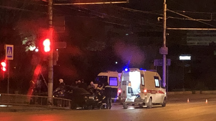 Водителя вырезали спасатели: в Волгограде иномарка «обняла» столб городского освещения