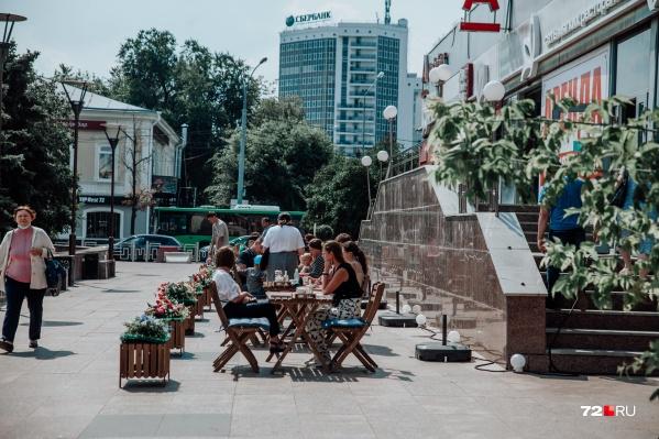 Этот праздник непривычен и тем, что в городе работают только летние кафе. Внутри посидеть и трапезничать никак нельзя! Эти столики, кстати, размещены на площади Солнца