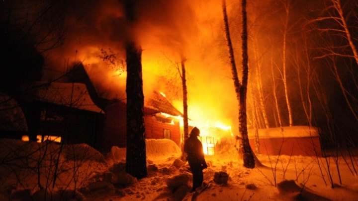 Потушили за десять минут: в Октябрьском районе Новосибирска загорелся частный дом