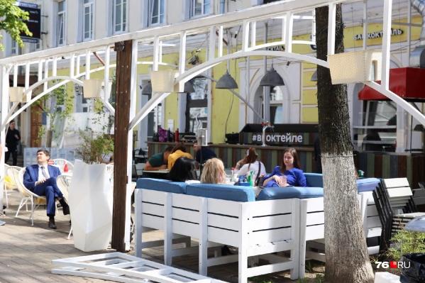 Каждый день после открытия летние кафе в центре Ярославля заполнены