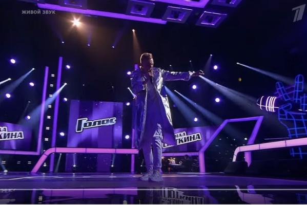 24-летний Олег Шерин выступил на этапе поединков в шоу «Голос»