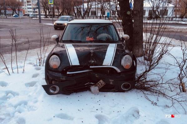 13-летняя автомобилистка не справилась с управлением и врезалась в дорожный знак. Все, что предшествовало аварии и сам момент ДТП, подростки сняли на видео