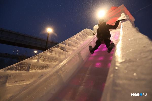В ледовом городке много разных горок. Высота самой крутой — 8 метров, она идеально подойдет для любителей экстрима и скорости