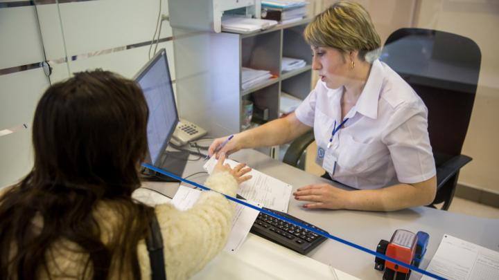 Банк России рассказал, как новосибирцы могут получить кредитные каникулы — объясняем в карточках