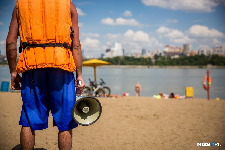 Спасатели работают в самых многочисленных местах для купания по берегу Оби и водохранилища