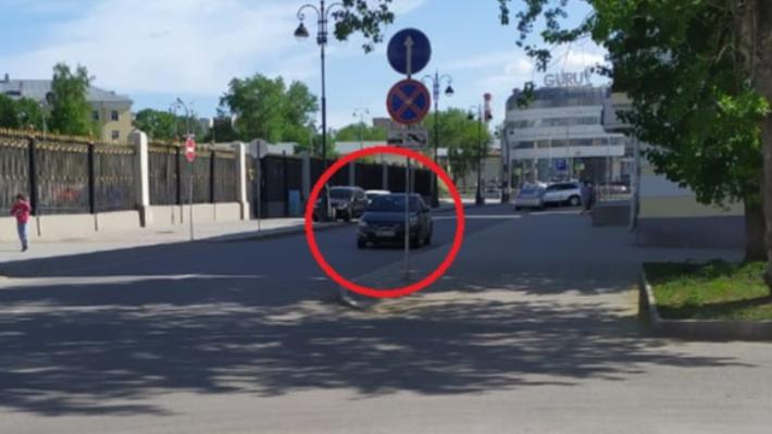 «Я паркуюсь как...»: в Екатеринбурге автохамы бросают прокатные машины прямо на дороге