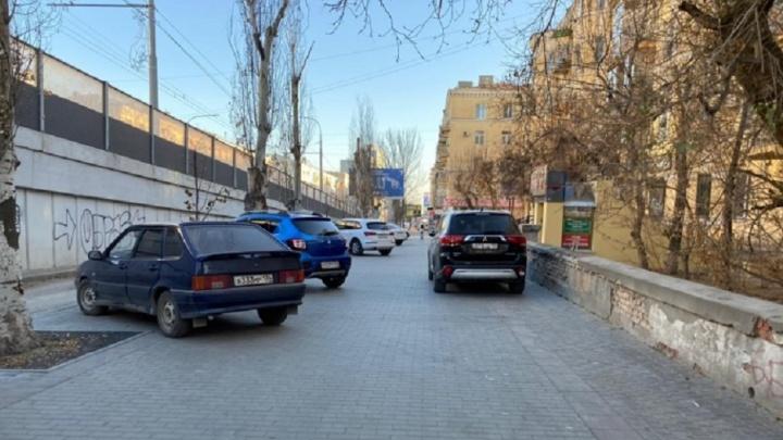 «А ходить как?»: автохамы Волгограда отвоевывают у пешеходов тротуары и переходы