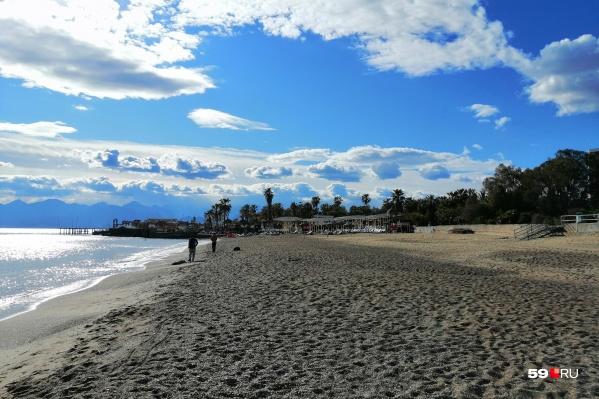 Такими безлюдными пляжи Турции были весной