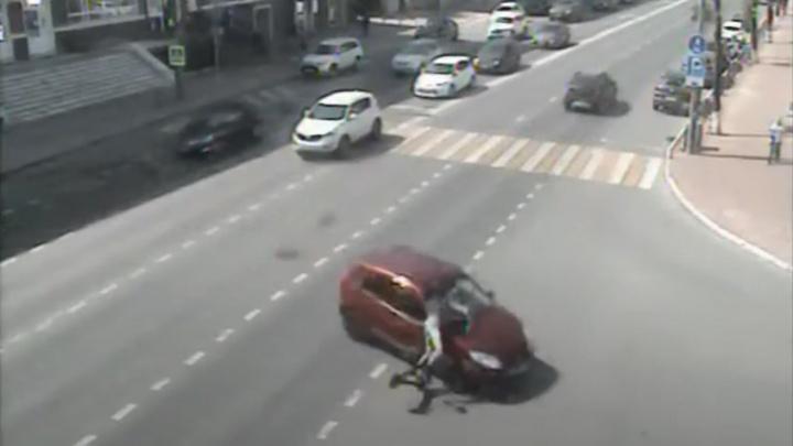 На перекрестке в Перми столкнулись электросамокат и автомобиль. Видео