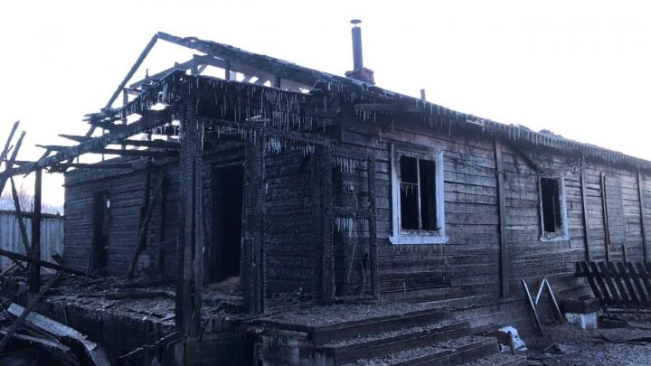 Спасли только незаселенные квартиры: в Плесецком районе тушили деревянный дом