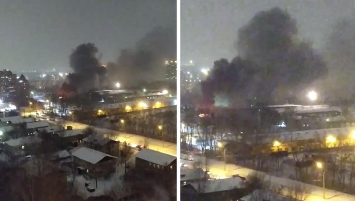 В Новосибирске загорелся трамвай в депо — над городом поднялся столб черного дыма