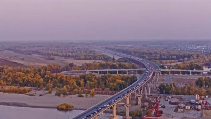 Волгоградец показал с высоты суперпробку на «танцующем» мосту