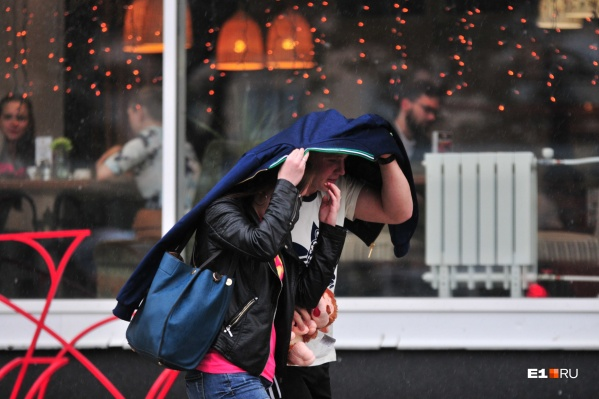 Хорошо, что открылись кафе — в них можно укрываться от дождя