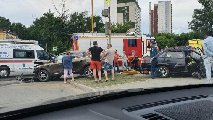 «Один из водителей серьезно пострадал»: в Базовом переулке жестко столкнулись две иномарки
