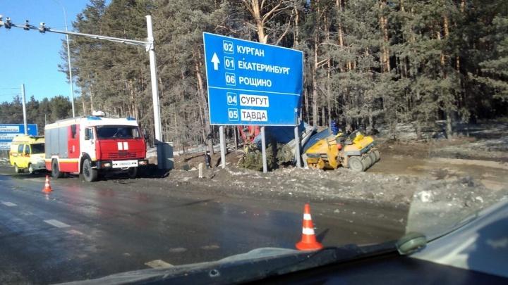 На объездной у ТЭЦ-2 водитель фуры не справился с управлением и снес деревья