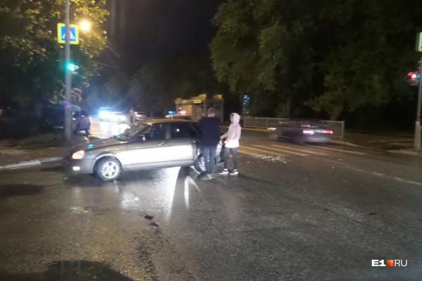 По словам очевидцев, пьяный мужчина угодил под колеса, когда переходил дорогу на красный свет