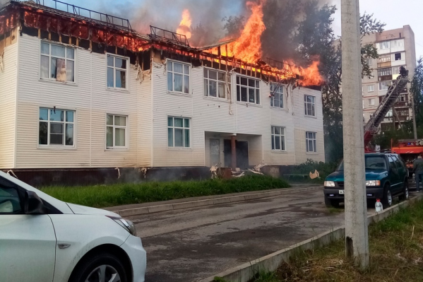 По информации спасателей, жертв пожар не принес. Из дома эвакуировались 10 человек