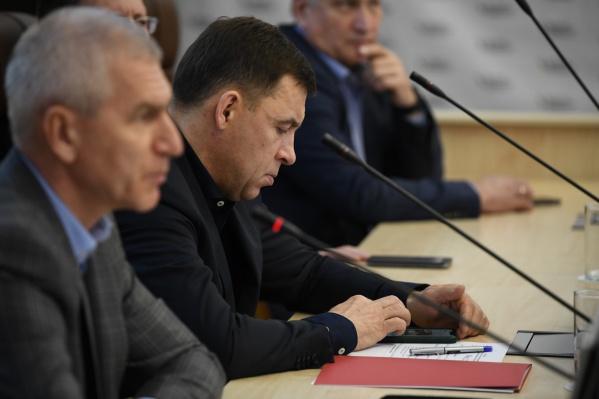 Евгений Куйвашев проверят телефон и на официальных мероприятиях