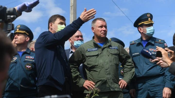 Глава МЧС прогулялся с губернатором по затопленным Нижним Сергам и провел совещание в Кольцово