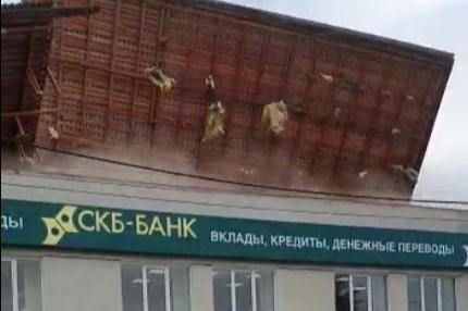 Мужчина, которого придавило крышей в Арамиле, оказался сотрудником банка