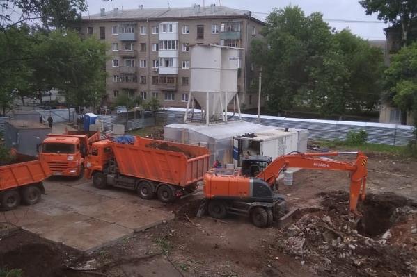 Соседи боятся, что от постоянных строительных работ порушатся их собственные дома